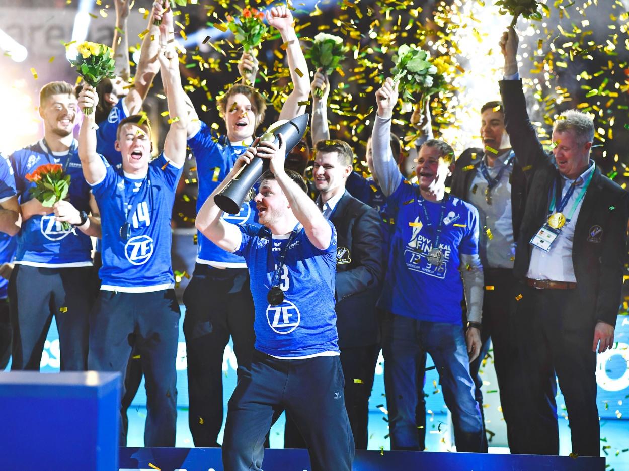 Eine Volleyballmacht: ERIMA Team VfB Friedrichshafen zum 16. Mal Pokalsieger